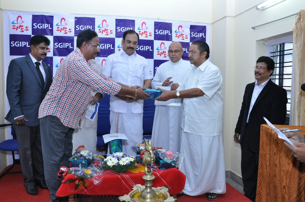 SIPSS GLOBAL INDIA PVT LTD Thrissur Regional Office inauguration function -       First Order for SGIPL Thrissur is receiving by Mr. Thomas Kollannur (Vice President, The Chamber of Commerce) on bahalf of SGIPL from Johnson Lazer (Isacson Car wash)